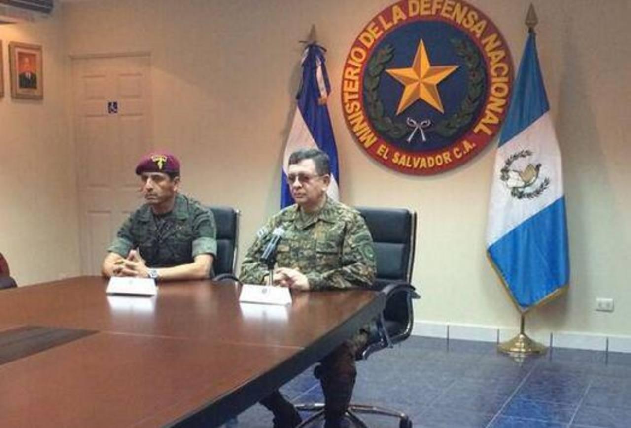 Ministros de la Defensa de El Salvador y Guatemala en conferencia de prensa donde brindaron detalles de su encuentro para fortalecer el trabajo conjunto. Foto tomada del Twitter@FUERZARMADASV