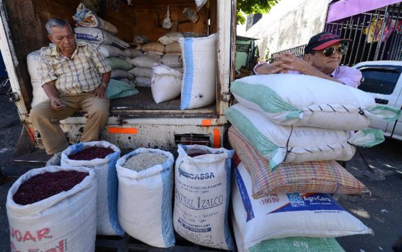 Los comerciantes dicen que los productores suben el precio para comprar insumos. foto edH