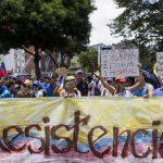 Un grupo de personas se manifiestan contra el régimen de Nicolás Maduro en la zona de Las Mercedes, Caracas. foto edh / efe