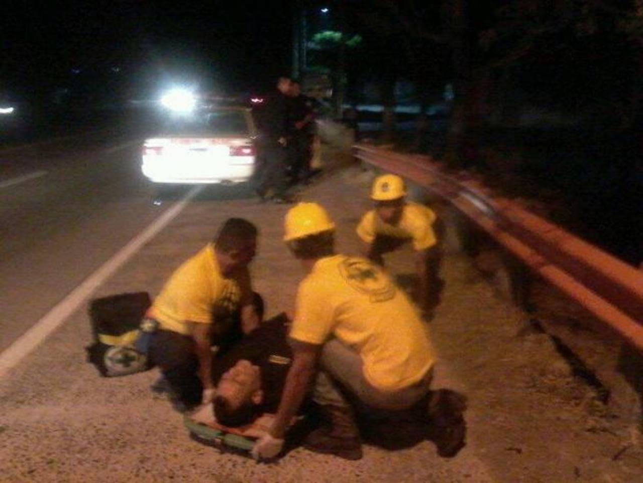 Comandos de Salvamento auxilia a uno de los dos agentes heridos durante un ataque de supuestos pandilleros en el kilómetro 22 carretera a Comalapa. Foto EDH / Comandos Salvamentos.