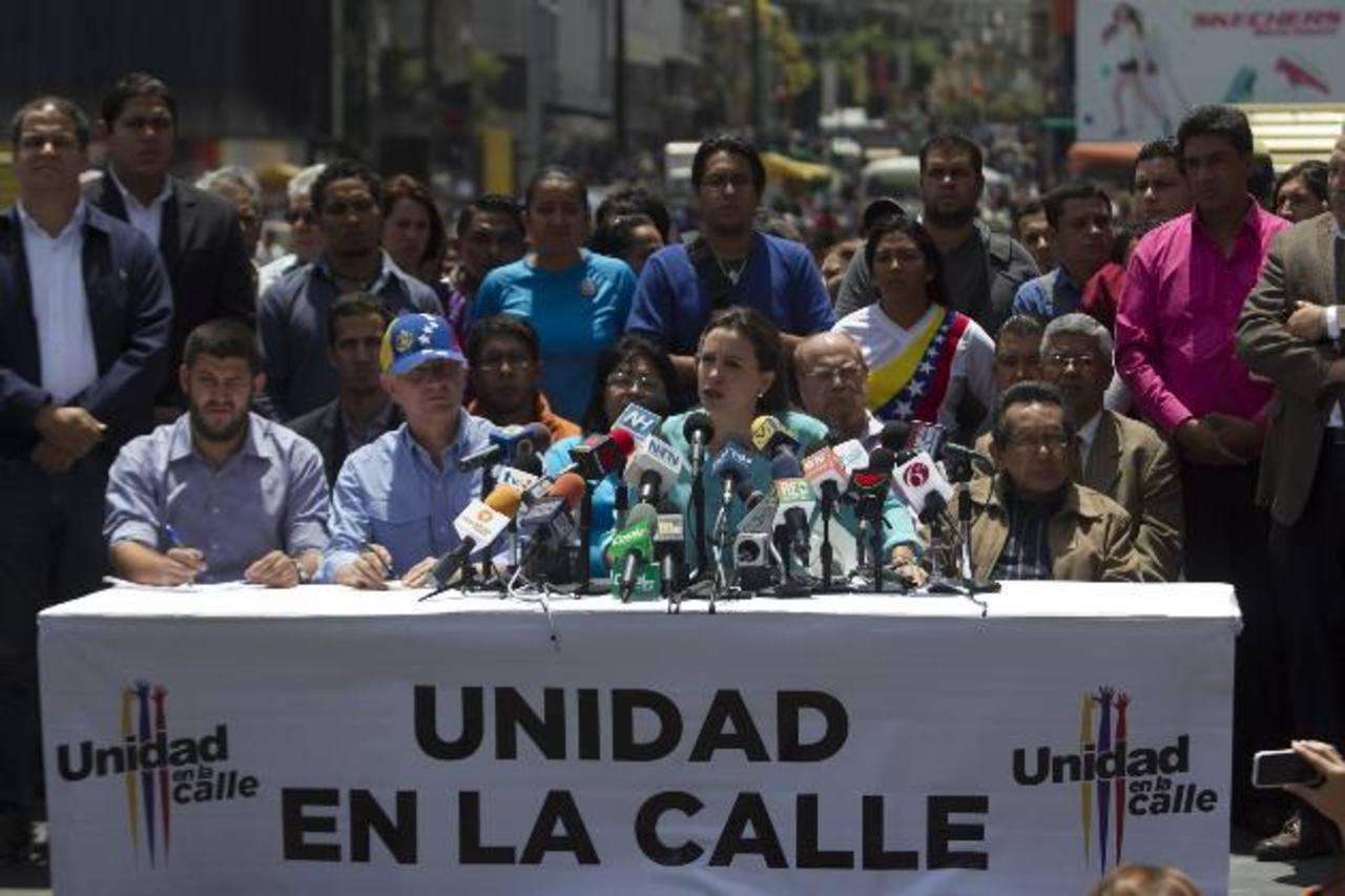 La líder opositora María Corina Machado (c), junto a otros dirigentes, durante una conferencia de prensa, ayer, en la Plaza Brion de Chacaito, en Caracas. foto edh / efe