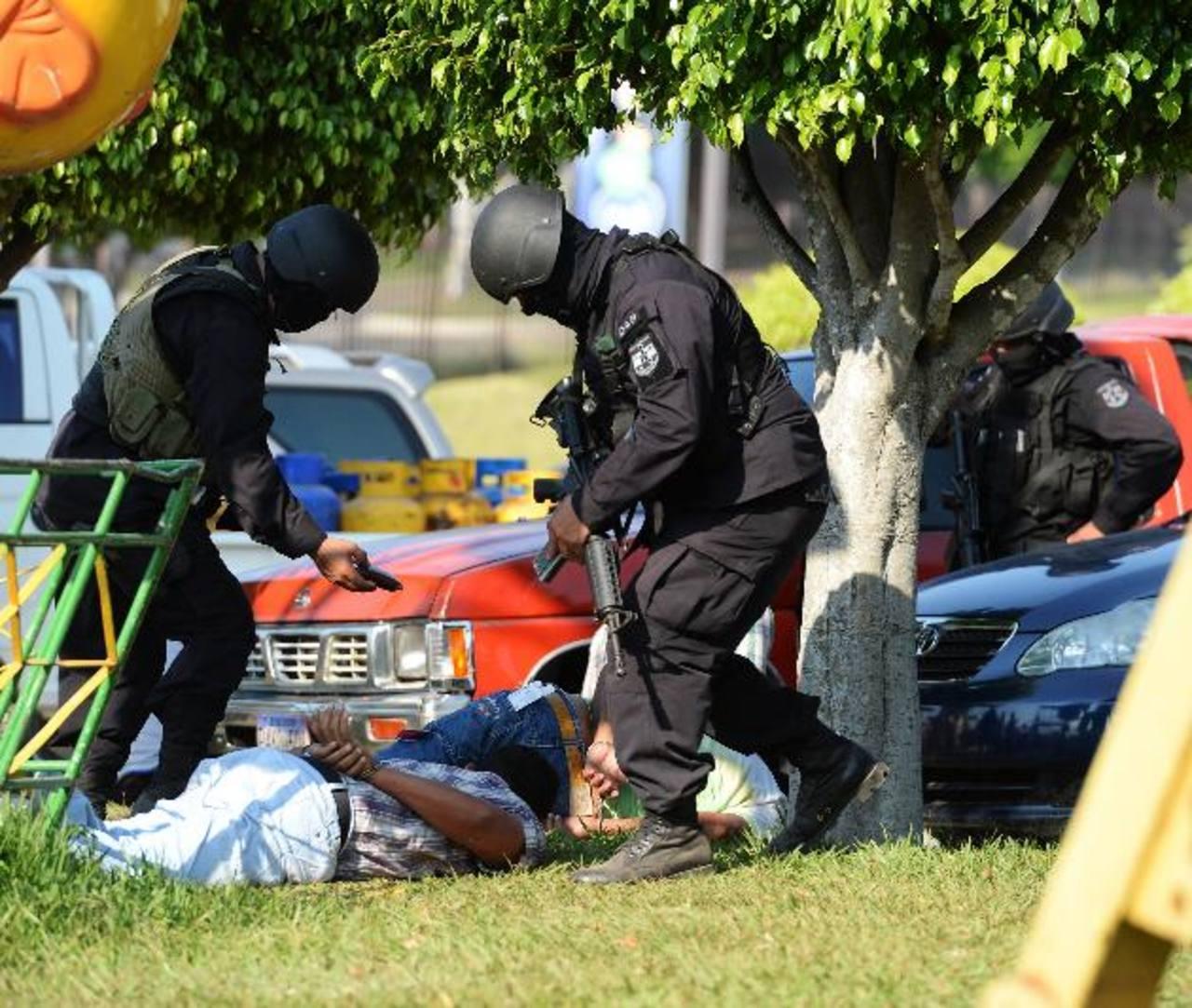 Imputados fueron arrestados cuando hacían una transacción de droga en un centro comercial. Foto EDH /Marlon Hernández