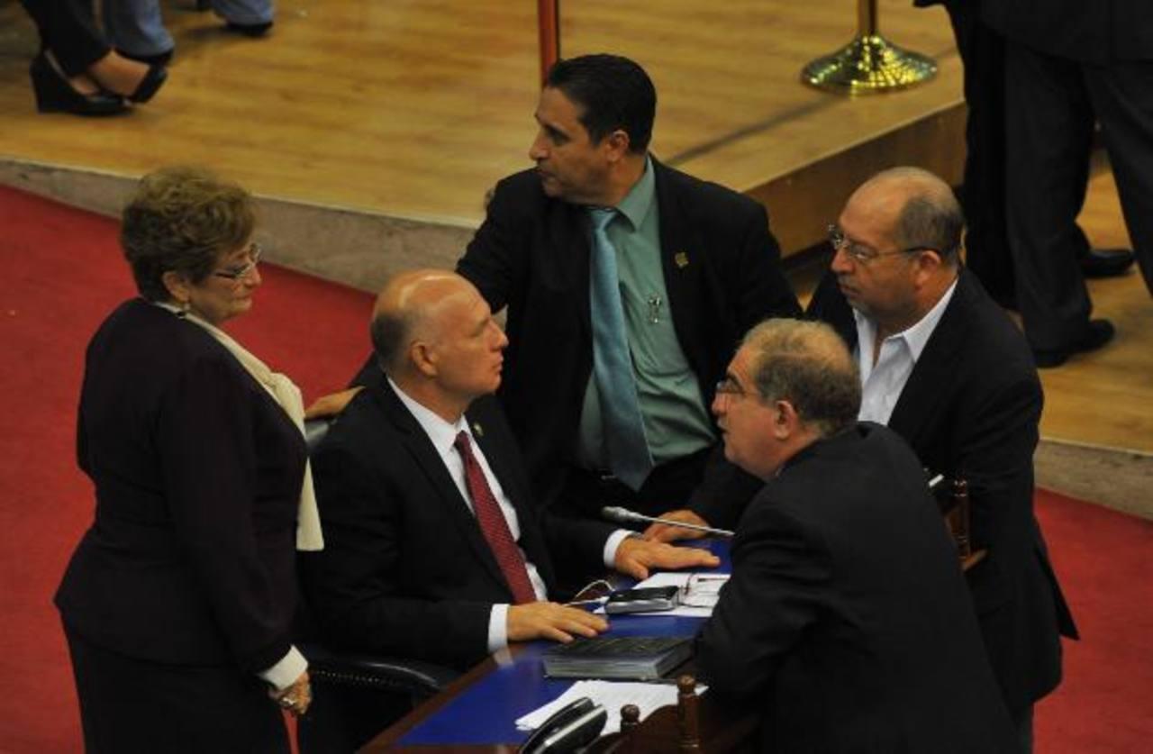Varios legisladores de ARENA intercambian impresiones durante la sesión plenaria de ayer. Foto EDH. MIGUEL VILLALTA