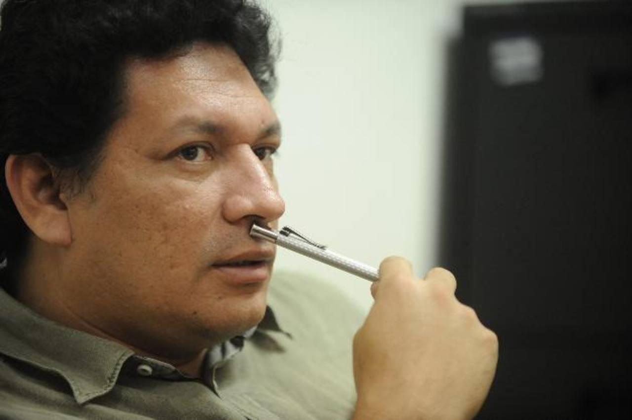 El artista salvadoreño ha visitado varios lugares de España con su novela. Foto EDH/Archivo