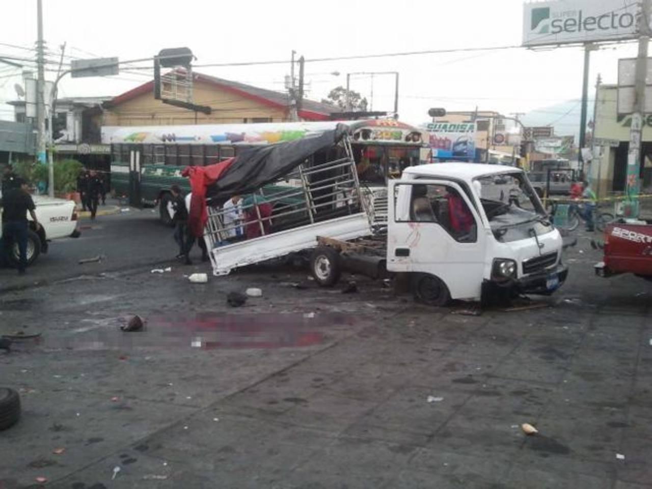 El percance fue por la imprudencia del busero y el semáforo del Paseo 15 de Septiembre no funcionaba. Foto EDH / Gerardo Orellana