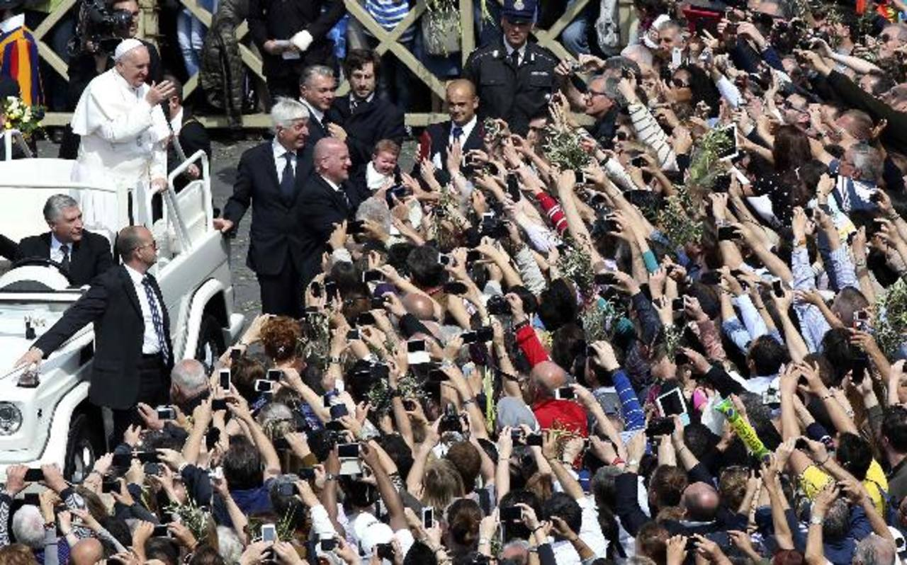 El Papa Francisco compartió con los fieles durante la procesión de Domingo de Ramos. foto edh /
