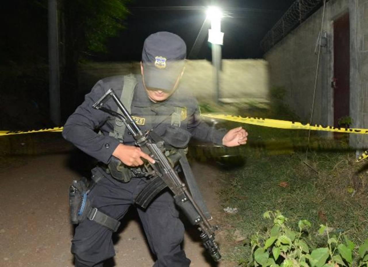 La Policía montó un operativo de búsqueda pero hasta las 8:30 p.m., no había ninguna captura. Foto EDH / Chávez