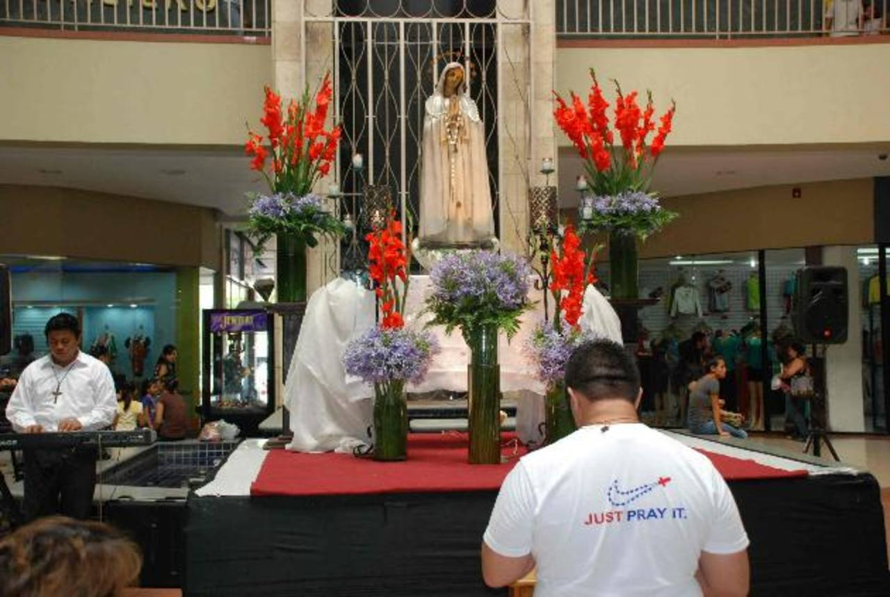El año pasado, la jornada reunió a numerosos jóvenes de diversos movimientos católicos, quienes rezaron el rosario y pidieron por la paz en el país, las vocaciones y más. FOTOs EDH / archivoEl evento promueve el rezo del rosario, se busca pedir por l