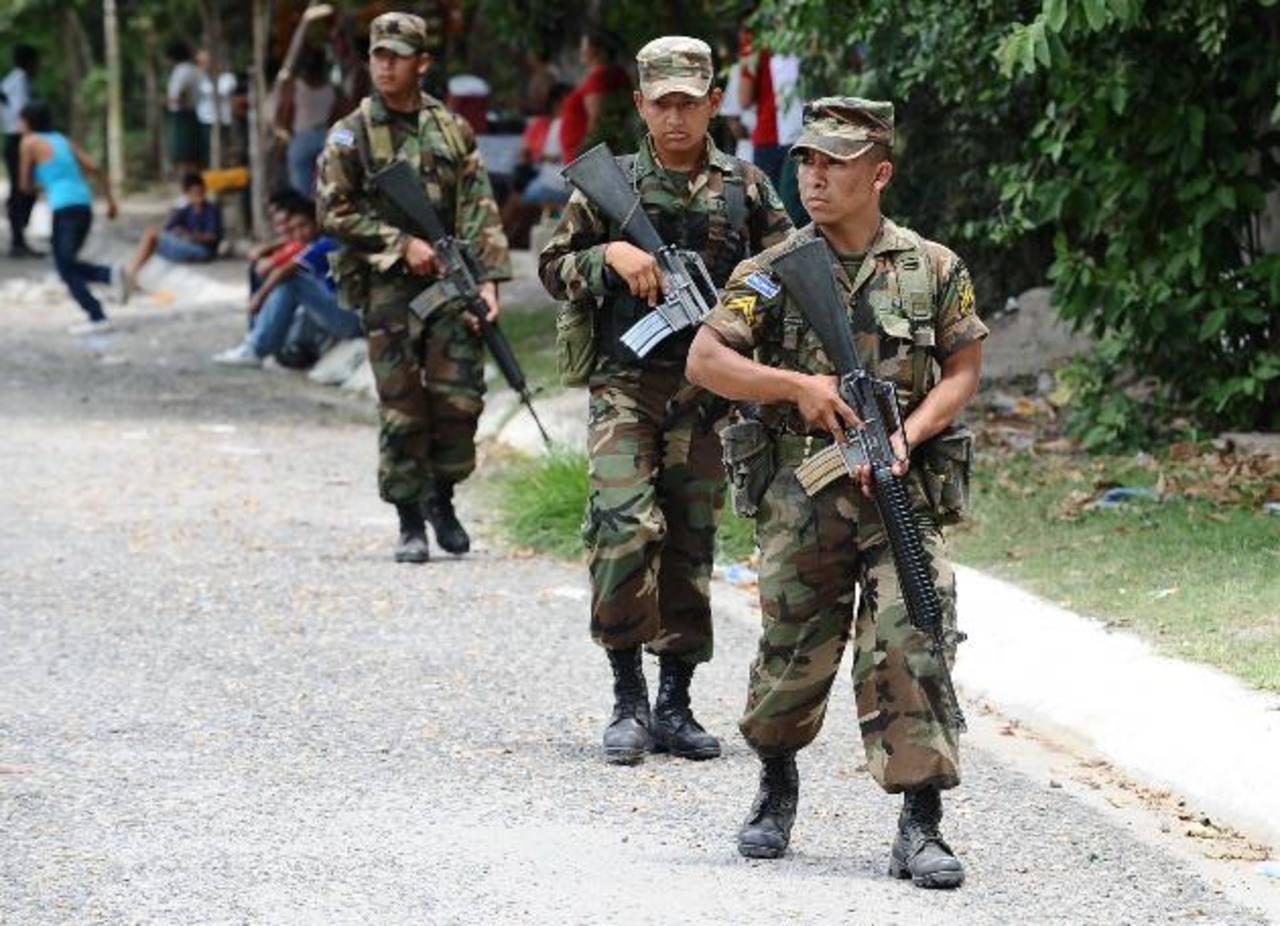 La Fuerza Armada realiza patrullajes en conjunto con la PNC en las colonias de más auge delincuencial y presencia de pandilleros. Además apoya en la seguridad en las fronteras.