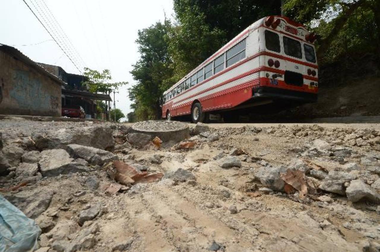 La calle principal de la colonia Vista al Lago está deteriorada por la carga vehicular que se ha desviado hacia ella. Foto edh / René Quintanilla
