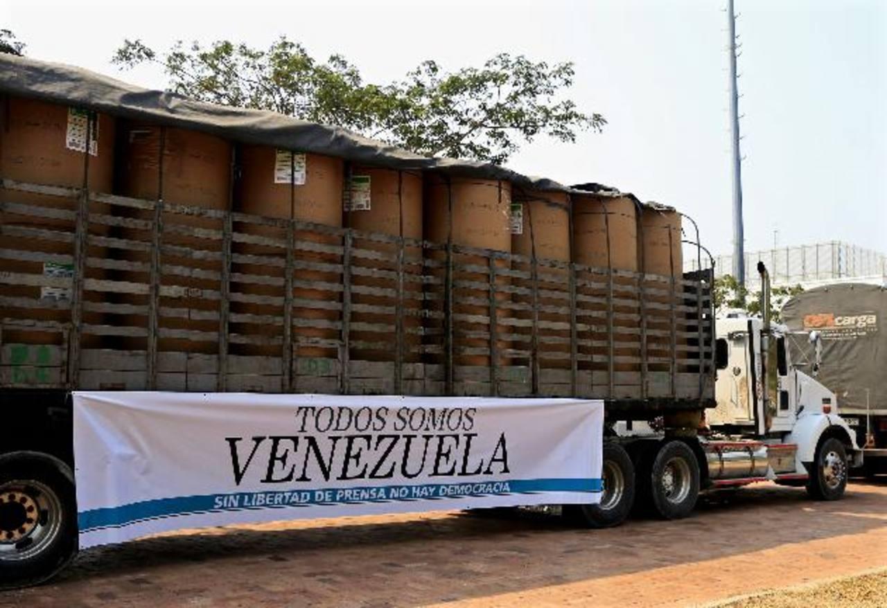 Dos camiones con 75 rollos de papel periódico, enviados por Andiarios, salieron de Colombia el 1 de abril. foto edh /efe