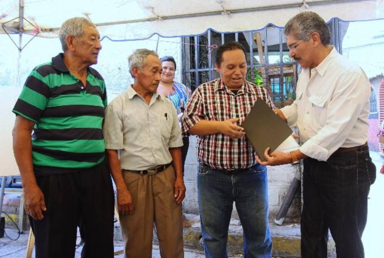 Representantes de la comunidad recibieron al edil capitalino Norman Quijano, para dar inicio al proyecto. foto edh /cortesía