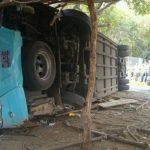 Un bus de la ruta 301 volcó en el desvío a Chinameca, San Miguel. Hubo dos muertos y varios lesionados.