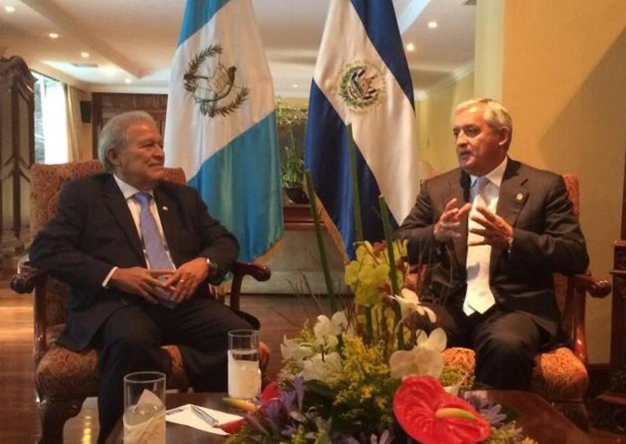 Salvador Sánchez Cerén, presidente electo (izquierda) conversa con Otto Pérez Molina, presidente Guatemala. foto edh