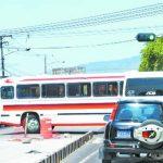 Un bus utiliza el carril exclusivo del Sitramss en la Juan Pablo II y calle Concepción. El cruce a la izquierda no es permitido en esa zona