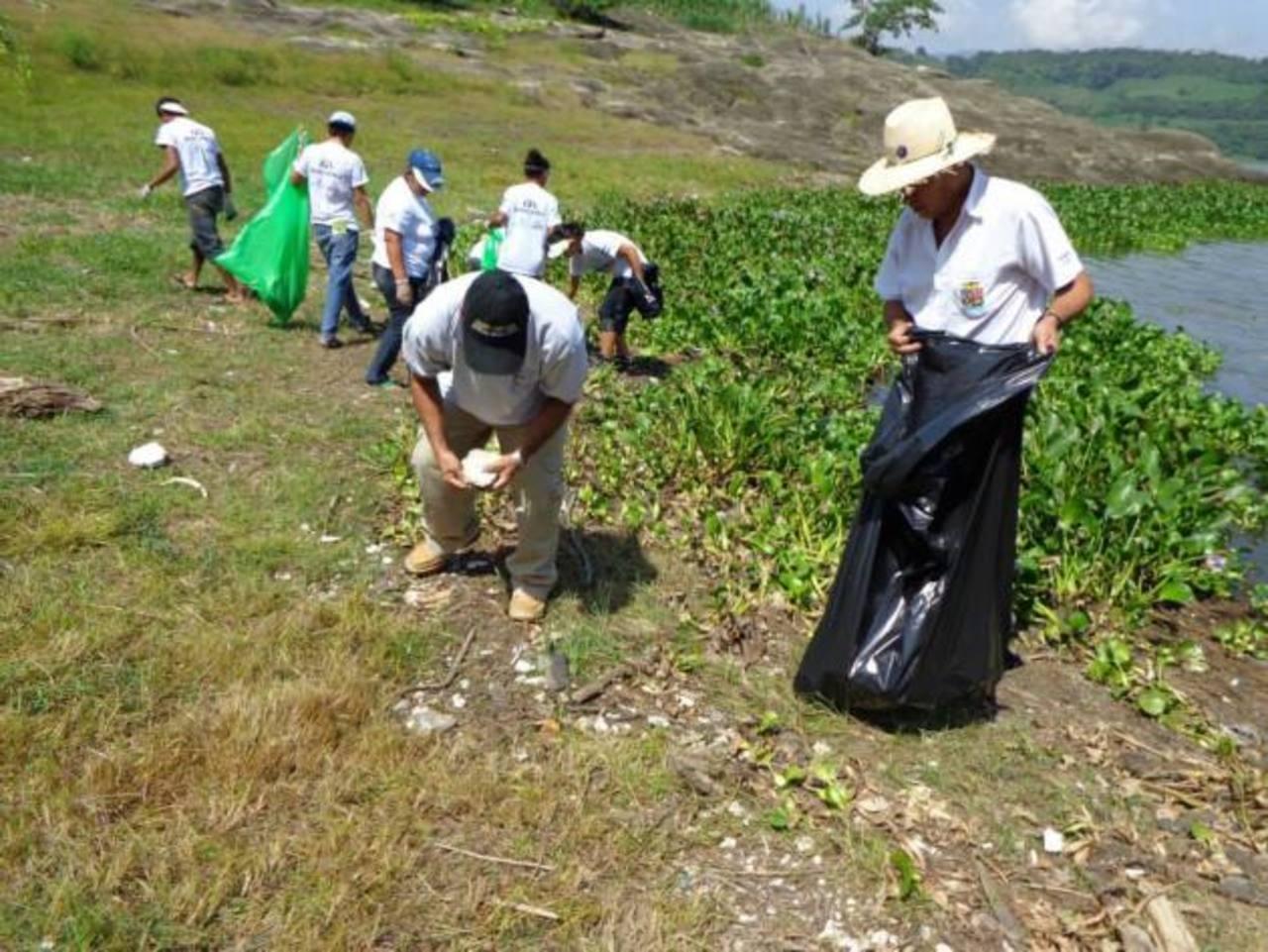 La organización llamó a los salvadoreños a convertirse en voluntarios y formar brigadas de limpieza. Foto edh / cortesía