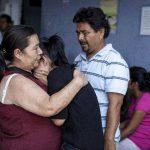 Familiares de las alumnas asisten a la sala de emergencias donde ellas fueron atendidas. foto edh/ efe