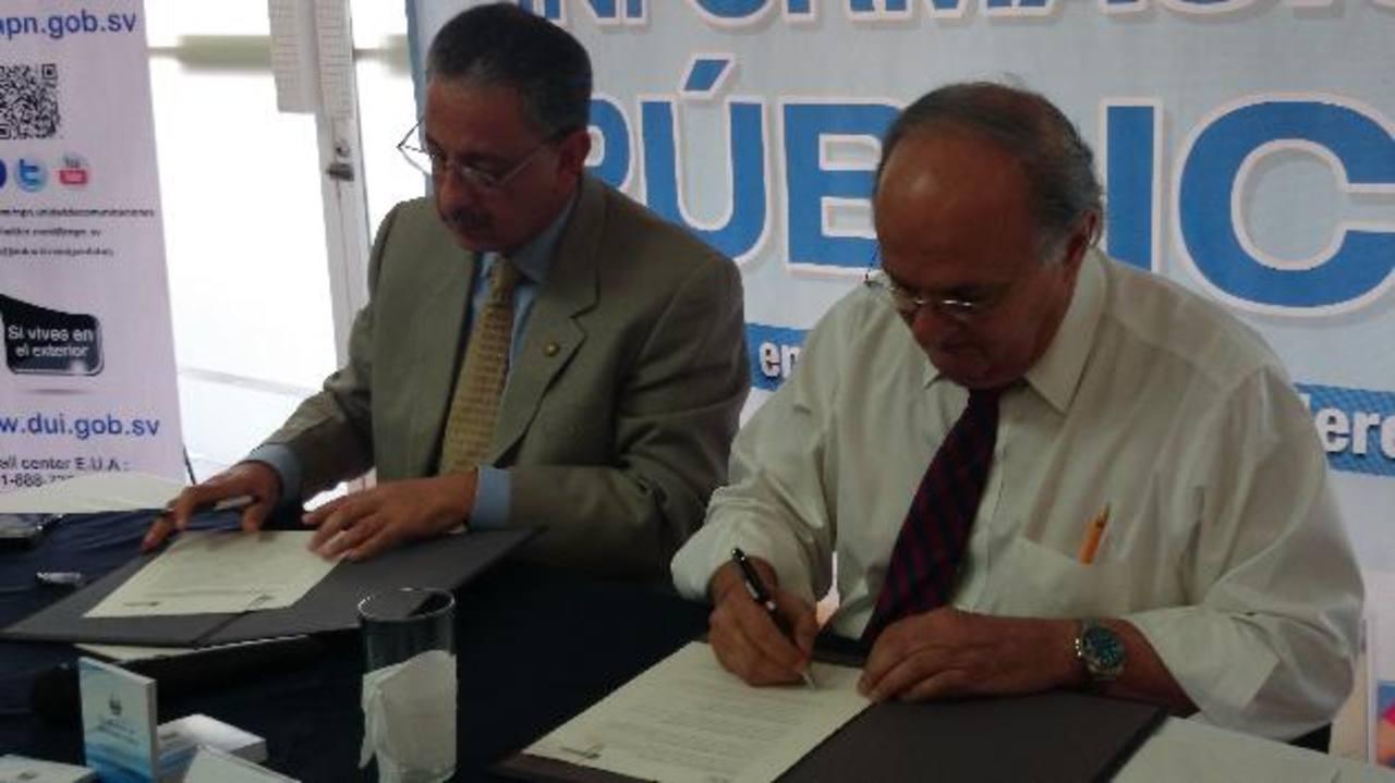 Fernando Batlle (izquierda) y Hato Hasbún (derecha) firman convenio para difundir la LAIP. Foto edh