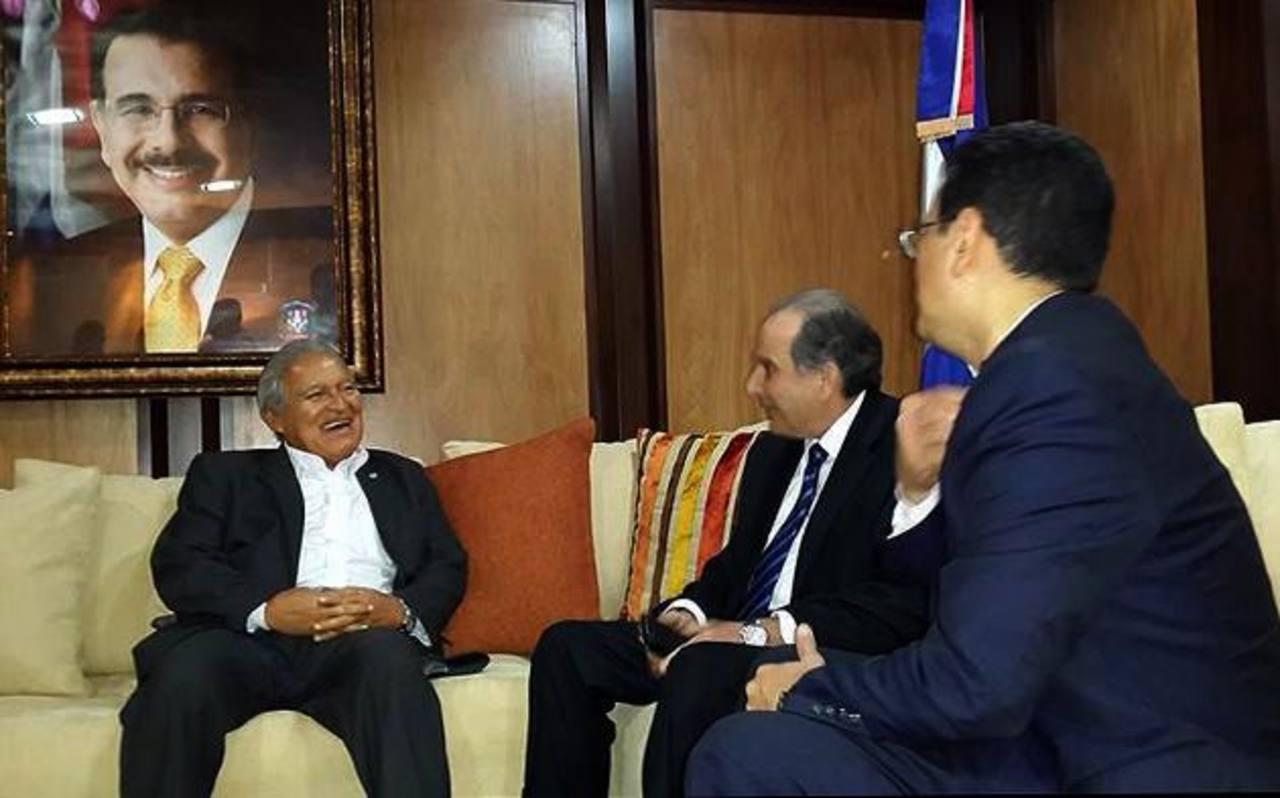 Presidente electo fue atendido por José Manuel Trullols (centro), viceministro de relaciones exteriores de República Dominicana.