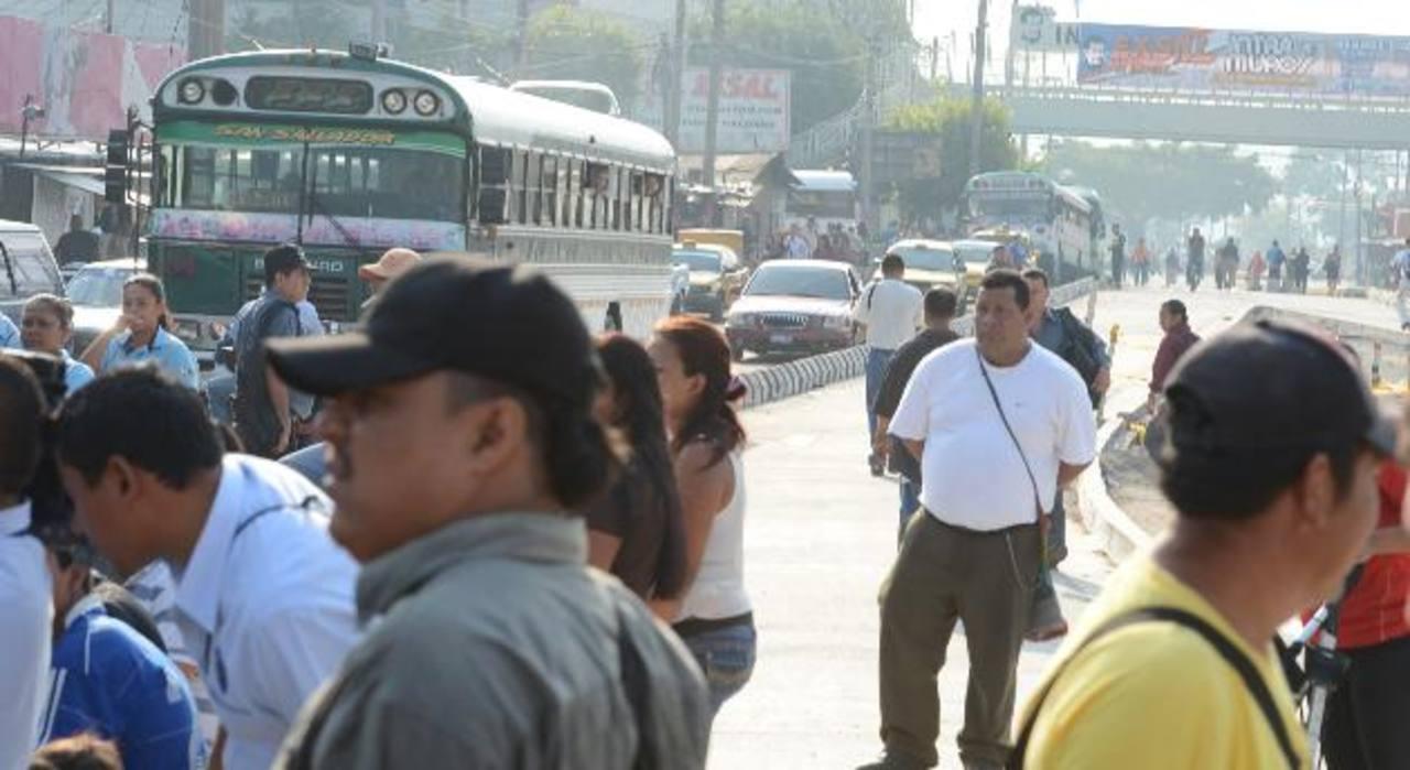 Un grupo de vendedores bloqueó la circulación de automotores. Los manifestantes pedían al gobierno una compensación por las obras del tramo l del Sitramss. foto edh / MAURICIO CÁCERES