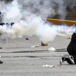 La policía Nacional Bolivariana de Venezuela lanza perdigones y gases lacrimógenos a una manifestante contra Maduro. Foto edh /REUTERS