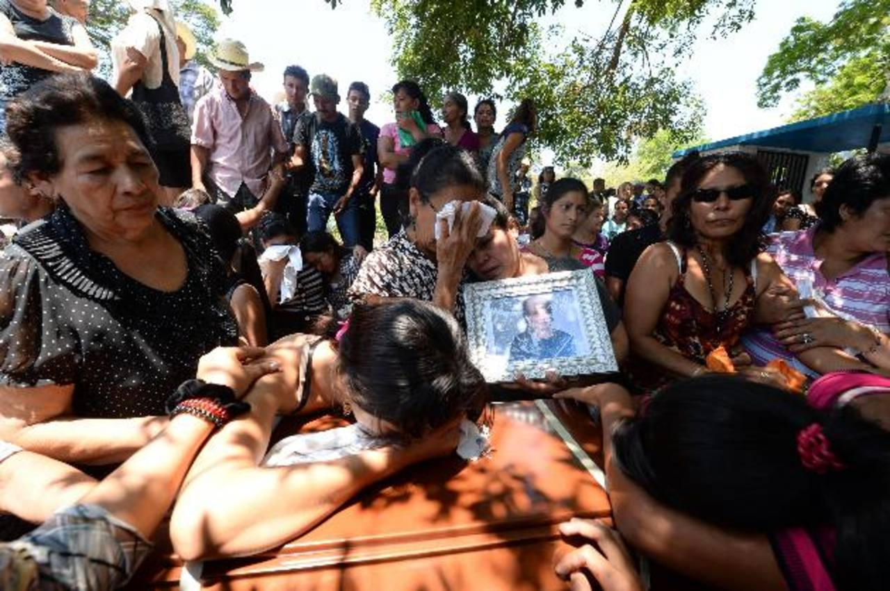 Cuatro de las siete víctimas de percance vial ocurrido el sábado en Sensuntepeque, fueron sepultadas ayer. Cientos de lugareños acompañaron a los dolientes. Foto EDH / Marvin Recinos
