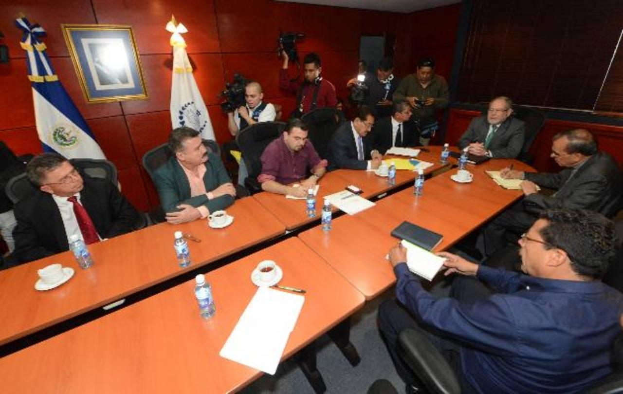 El ministro de Justicia y Seguridad Ricardo Perdomo se reunió con representantes de iglesias y organizaciones no gubernamentales para crear la comisión. Foto EDH / ERICKA CHÁVEZ