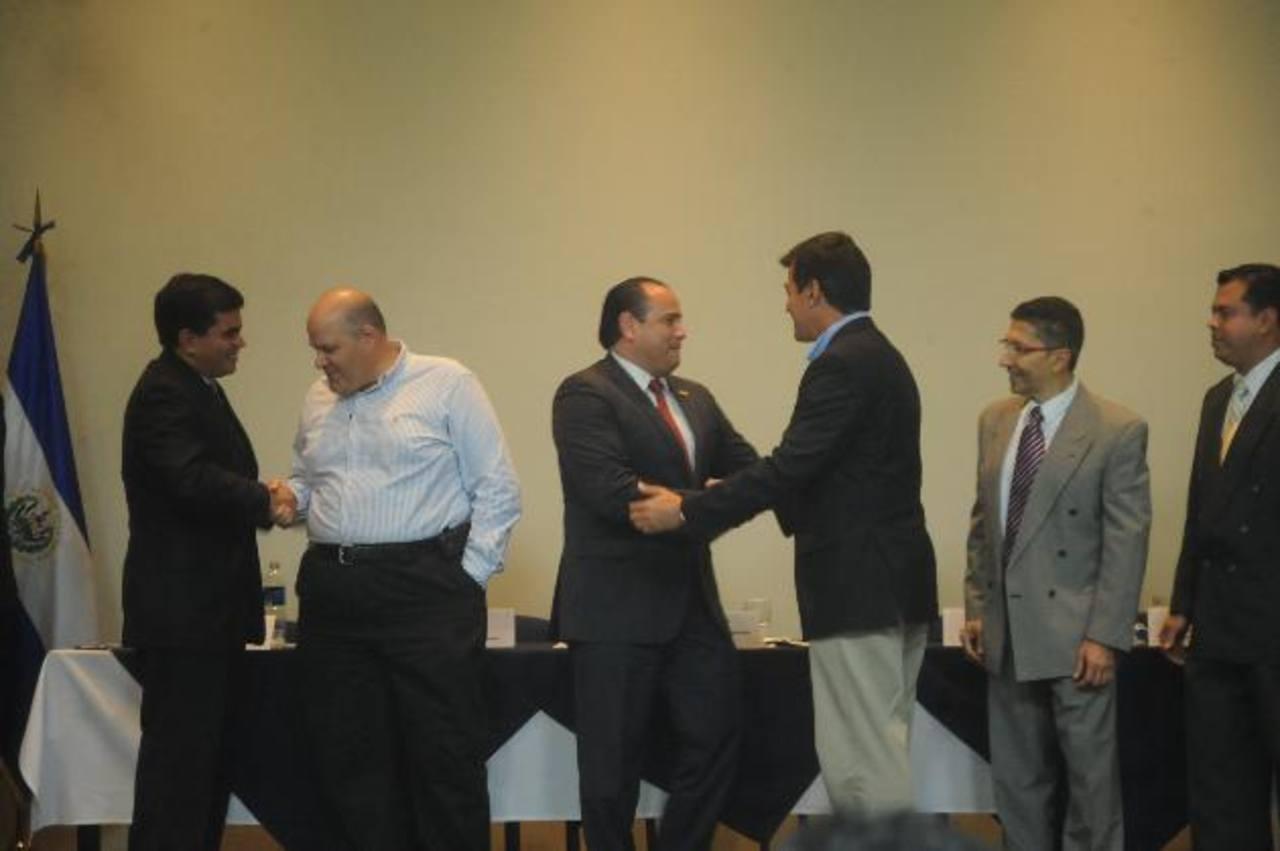 Carlos Guerrero (izquierda) fue reelegido como presidente de Casalco en asamblea general de la gremial. Foto EDH