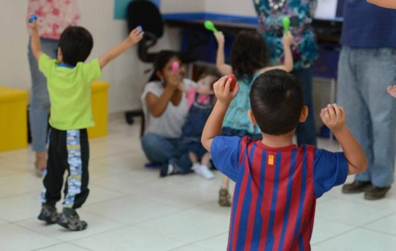 Los chicos comparten 45 minutos con sus padres cantando, saltando y llevando el ritmo de la música con instrumentos. Las canciones les permiten desarrollar el lenguaje y, cuando son en inglés, aprenden palabras en otro idioma.