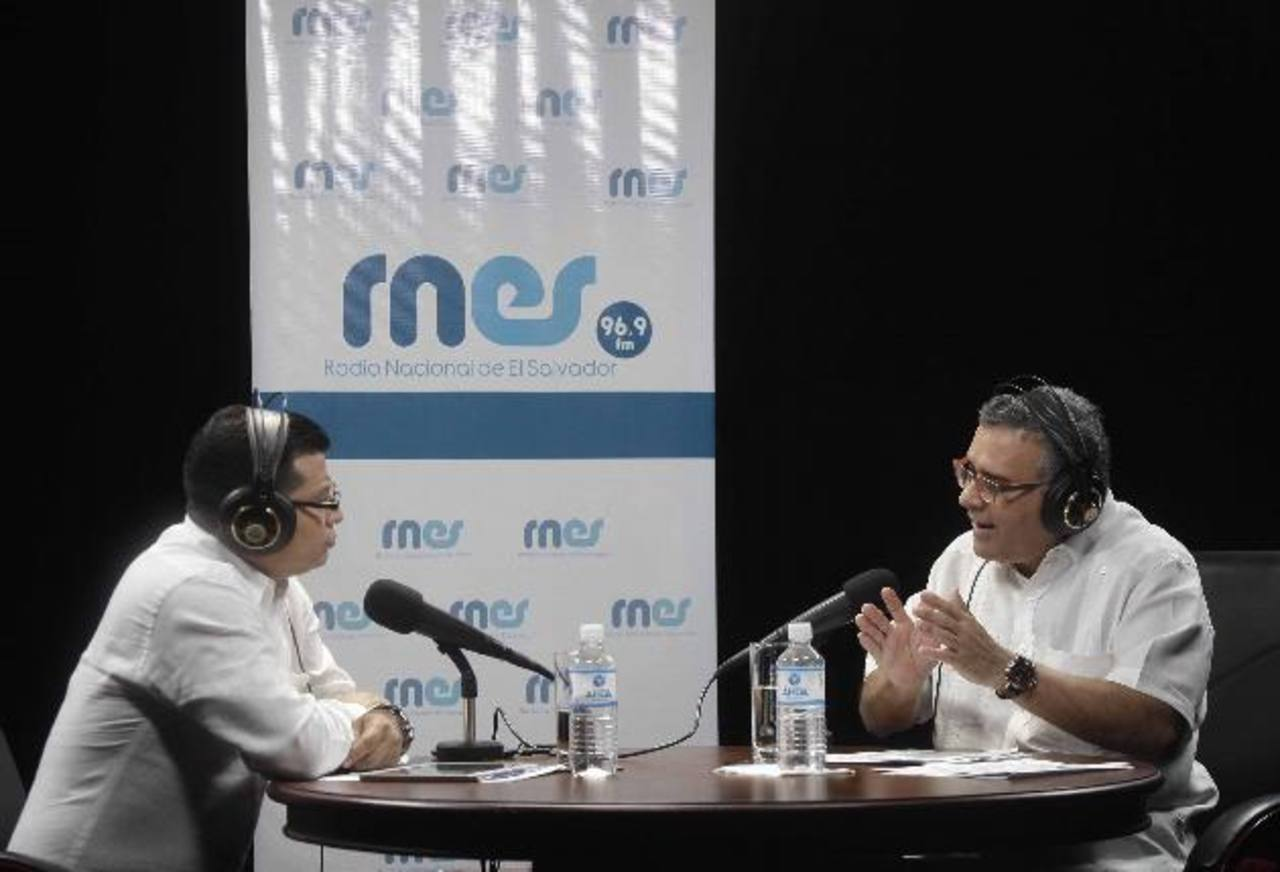 """El gobernante salvadoreño, Mauricio Funes (derecha), durante uno de sus programas sabatinos """"Conversando con el Presidente"""". Foto EDH / Archivo"""