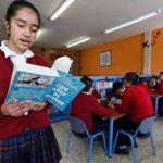 """Una estudiante lee en voz alta """"Cien años de soledad"""" en una escuela en Bogotá, Colombia."""