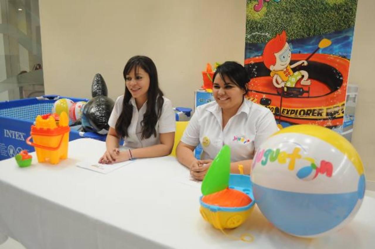Carola Leiva, de Juguetón (izquierda), presentó los productos.