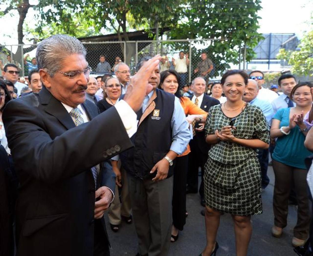 Norman Quijano es recibido por simpatizantes a su llegada a la alcaldía.
