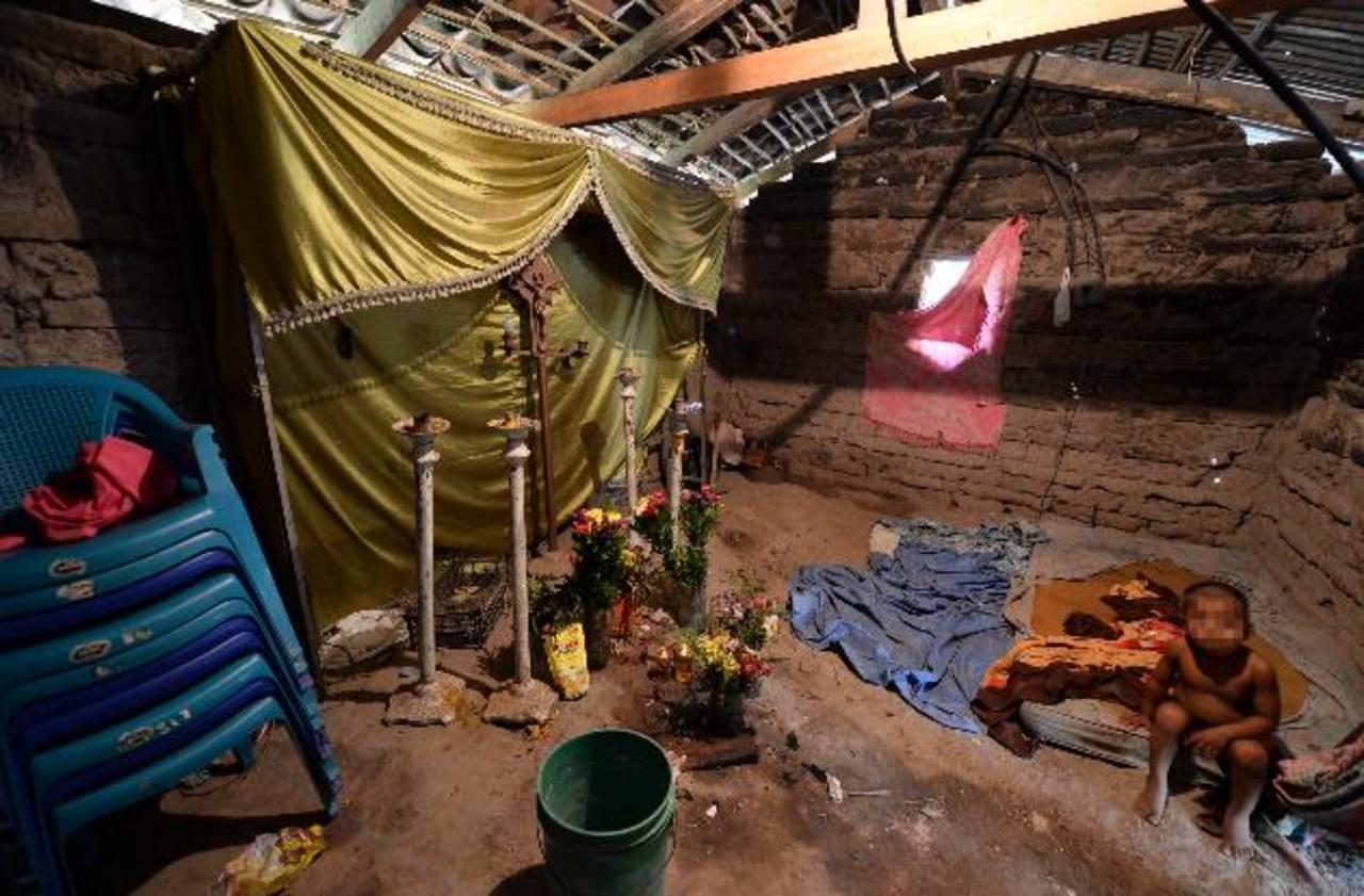 En la única habitación de la vivienda se realizaron los rezos del novenario de las dos víctimas mortales, el pasado jueves. Foto EDH / Húber Rosales