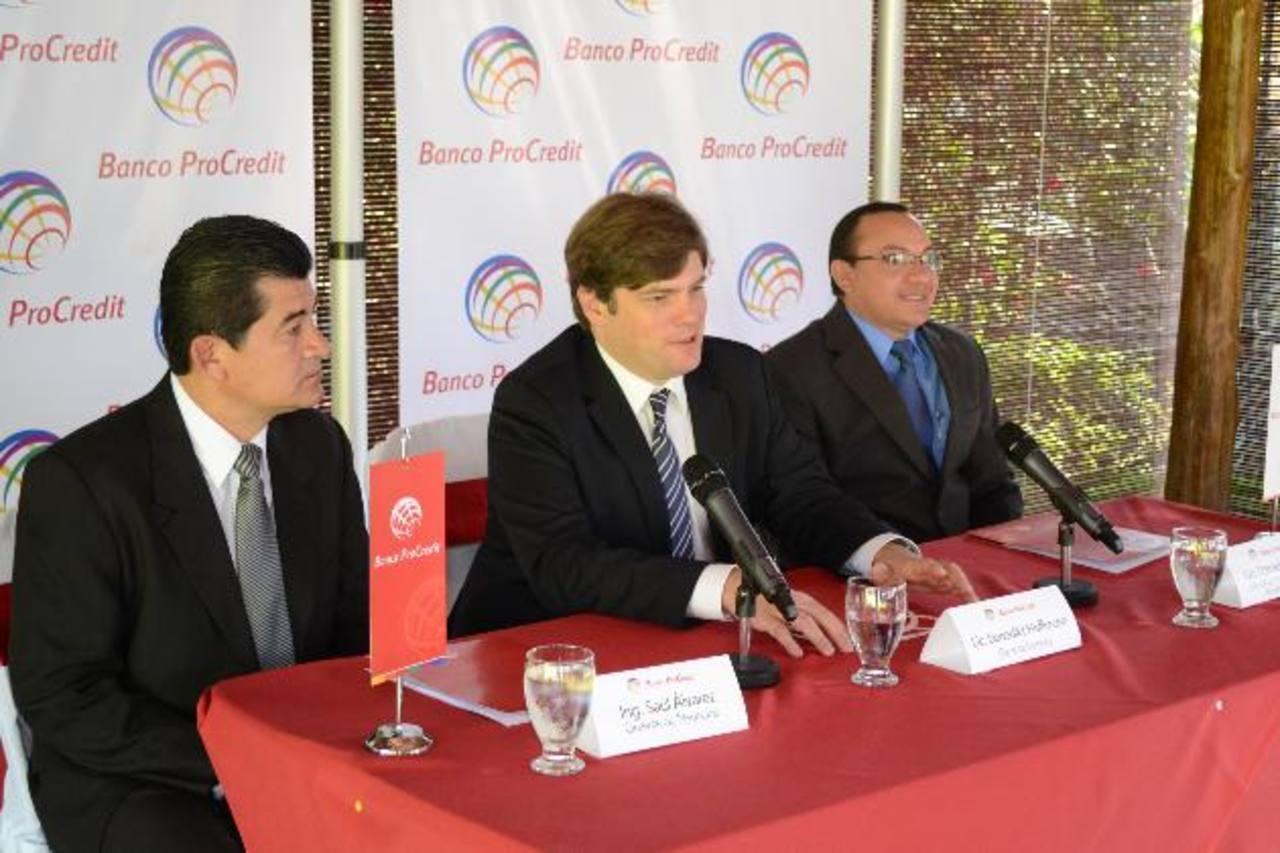Representantes de ProCredit dan a conocer la campaña de créditos agropecuarios. Foto EDH