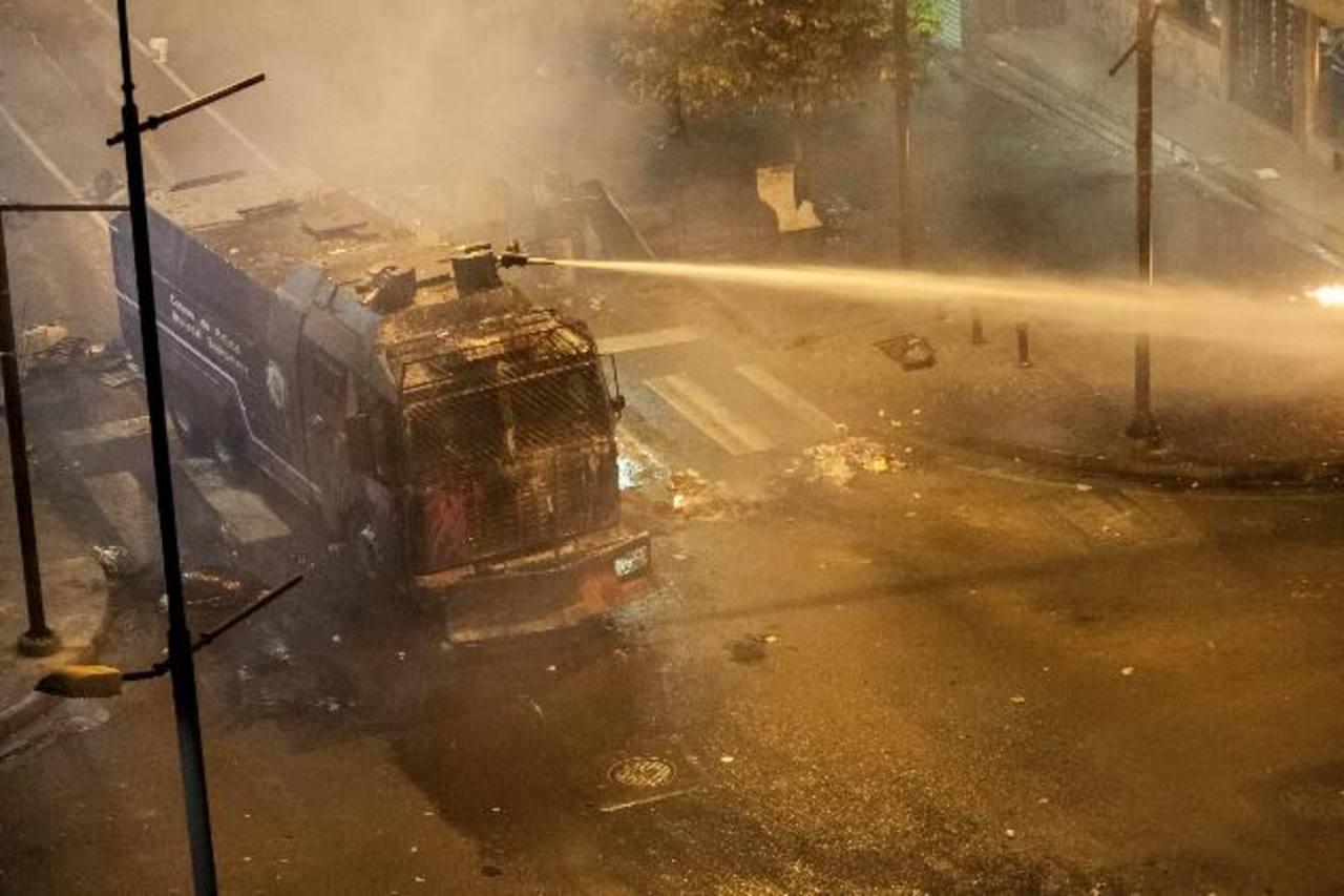 La Policía Nacional Bolivariana se enfrentó a manifestantes opositores el viernes por la noche, en Caracas. foto edh /efe
