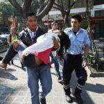 Un hombre carga a una joven desmayada después del terremoto en CIudad de México. foto edh / reuters