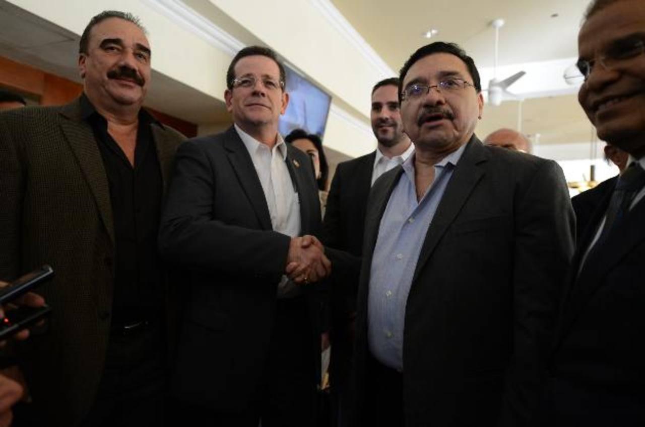 Jorge Velado, Presidente del Coena, estrecha la mano de Medardo González, secretario general del FMLN, tras el encuentro de ayer. Foto edh / Mauricio cáceres