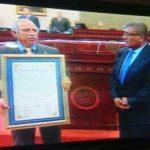 Presidente de la Asamblea brinda el reconocimiento a Hurtado.