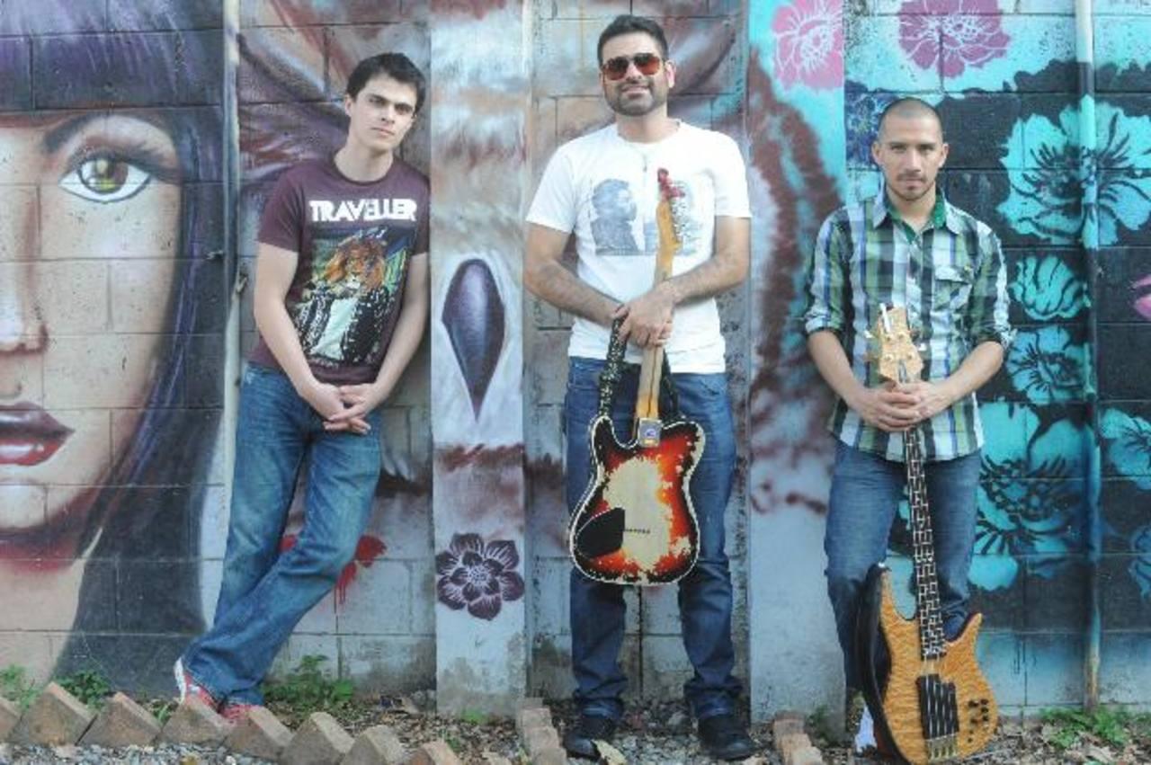 El grupo Xuc Trío conformado por Juanjo Gómez (centro), Chuck Rodríguez y Jorge Servín. Foto EDH/ Lissett Monterrosa
