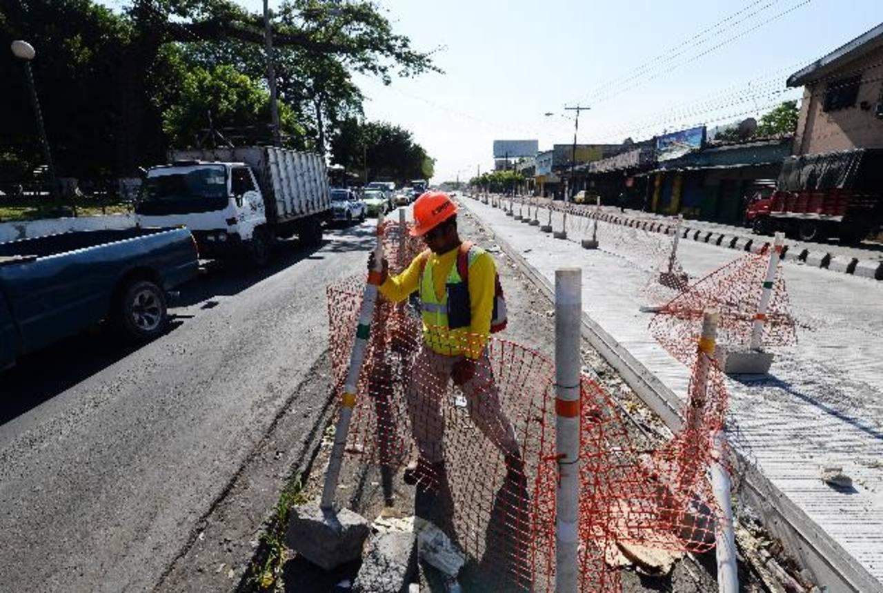 Iniciaron los trabajos para la estación frente al parque Centenario. El paso será restringido de oriente a poniente.