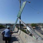 Un rótulo cayó debido a los fuertes vientos que han azotado San Salvador. Ocurrió sobre el paso a desnivel del bulevar Arturo Castellanos y final Avenida Cuscatlán.