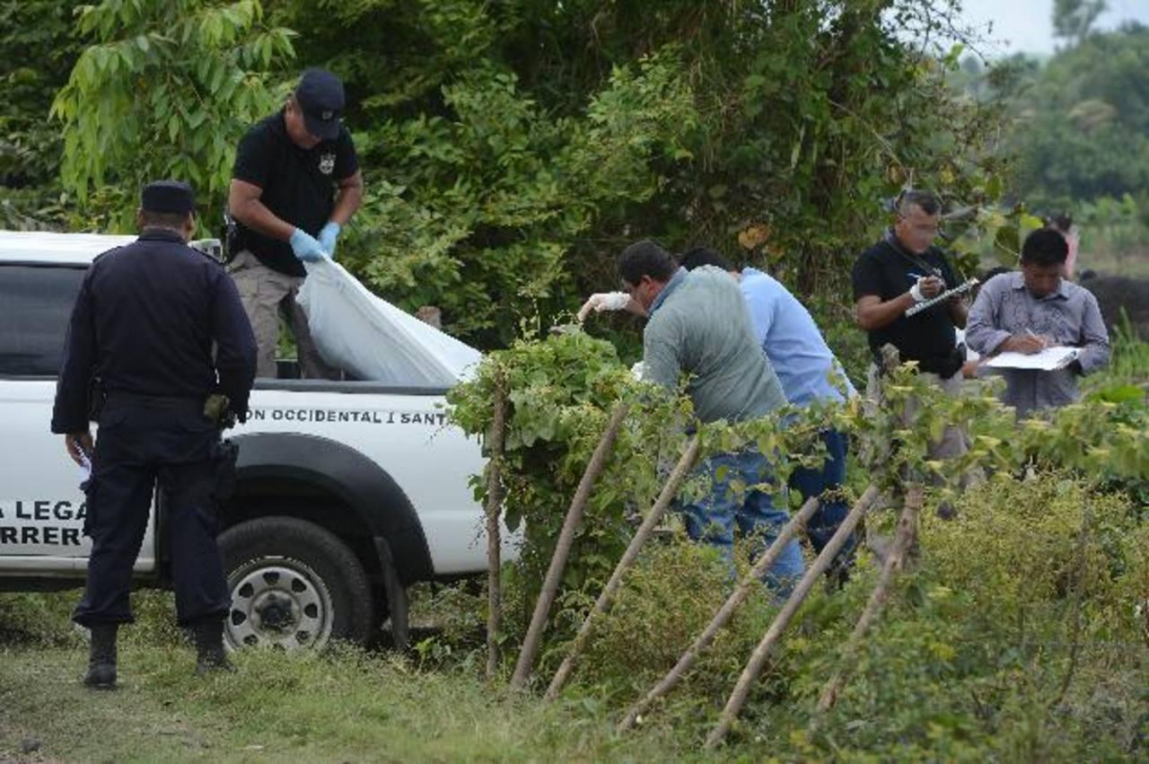 El cadáver de Francisco Gerardo Aguilar Lemus, de 28 años, fue encontrado en El Congo, Santa Ana. Foto EDH / Jaime Anaya