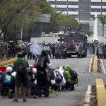 Un pelotón de la Guardia y de la Policía impidió ayer que los estudiantes llegarán a la Plaza Venezuela a protestar. EFE