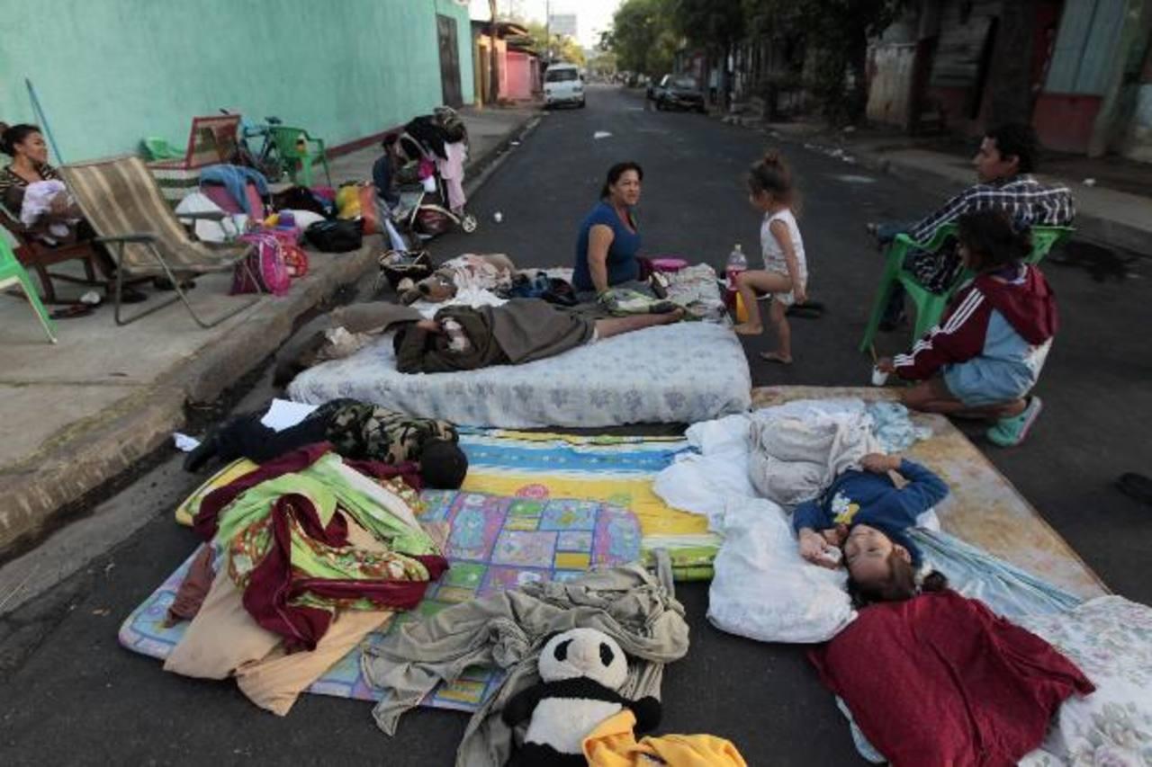 Algunos nicaragüenses han optado por dormir en la calle y sacar sus pertenencias, luego del fuerte sismo. foto edh / Reuters