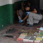 Entre las armas había una carabina, una mini UZI con 26 cargadores y 21 municiones para escopeta. FOTO EDH/Jaime Anaya