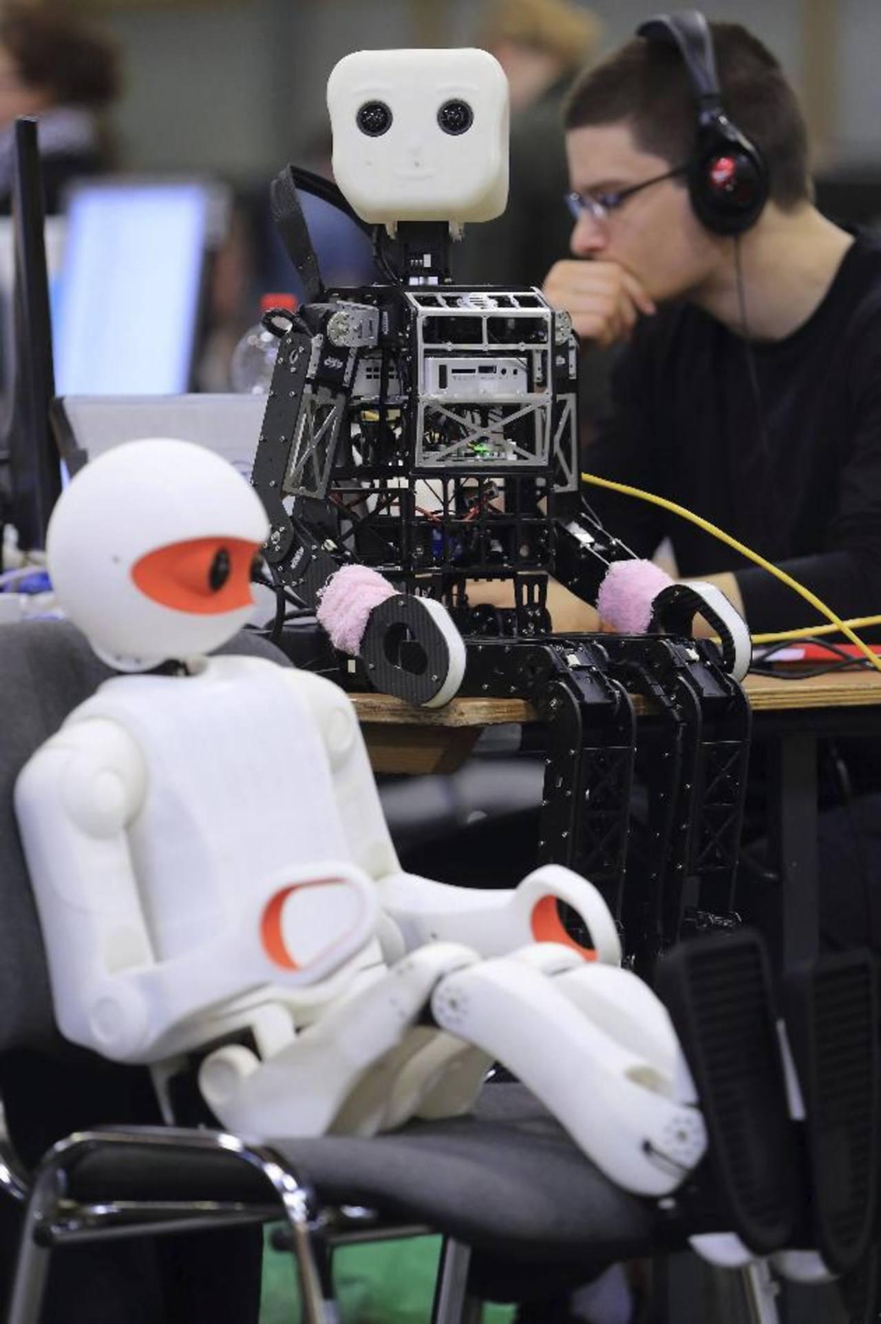 """Robots de la categoría """"Humanoides del tamaño de un niño"""" son programados por los expertos. FOTO EDH"""
