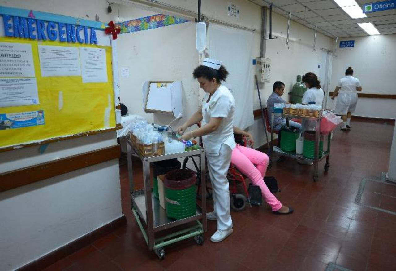 Personal de 30 hospitales del Ministerio de Salud harán turnos de 24 horas toda la Semana Santa. foto edh/ archivo