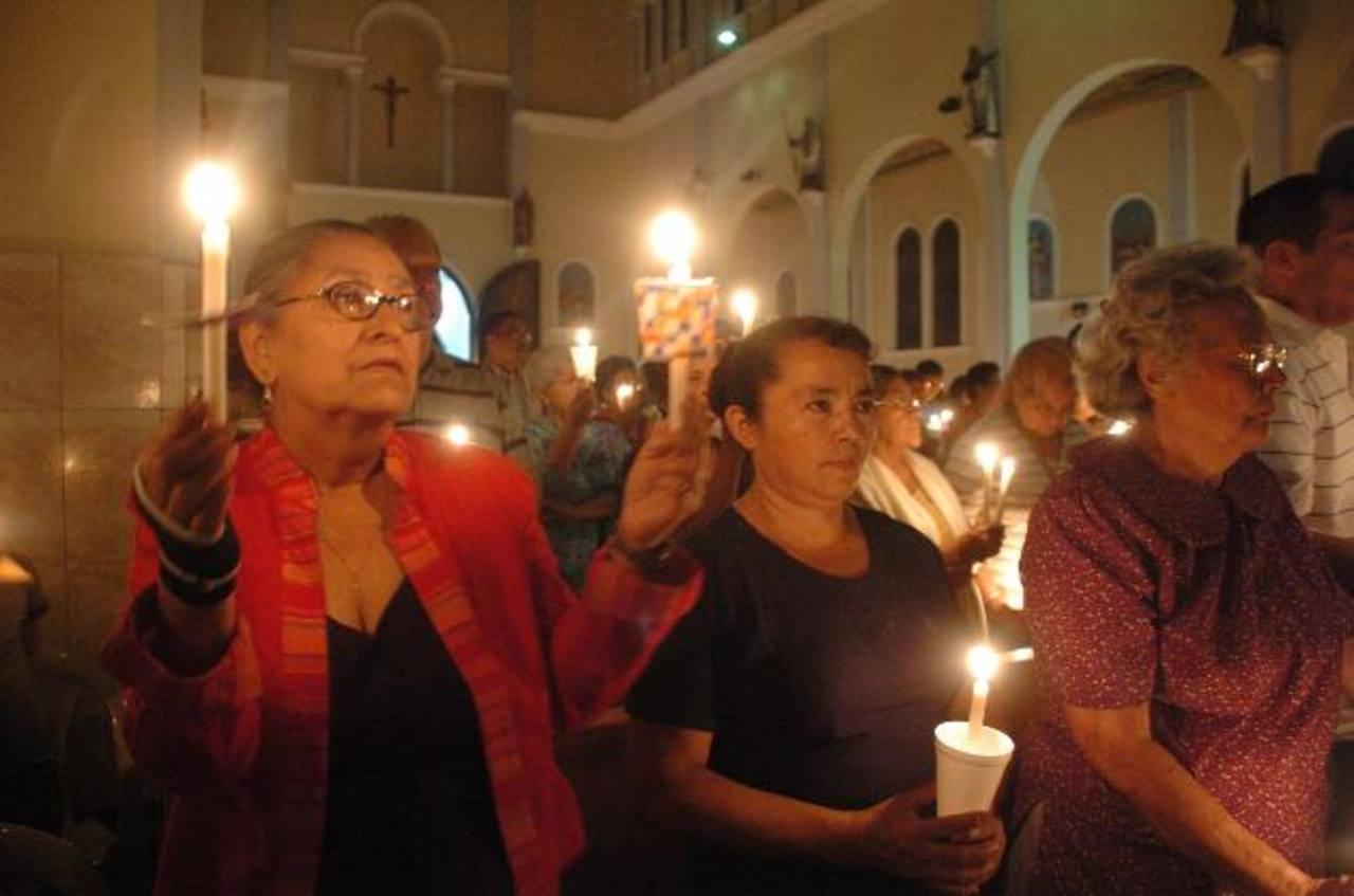 Los feligreses acuden con fe a celebrar la Vigilia Pascual y recuerdan la resurrección de Jesús al tercer día de su muerte. foto edh /Archivo