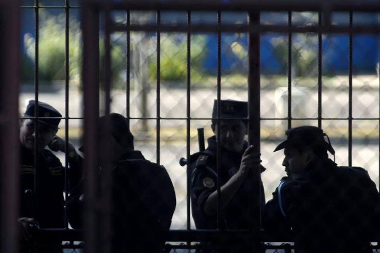 Policías custodian la prisión de Fraijanes, donde está recluido Rigorrico. foto EDH / Archivo